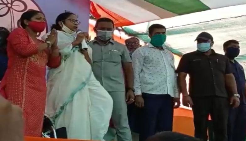Mamata stands up for national anthem in Nandigram