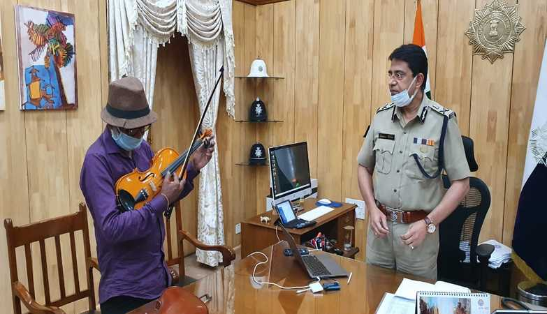 Elderly man recreates classic Hindi songs on the violin gets a surprise gift from Kolkata police