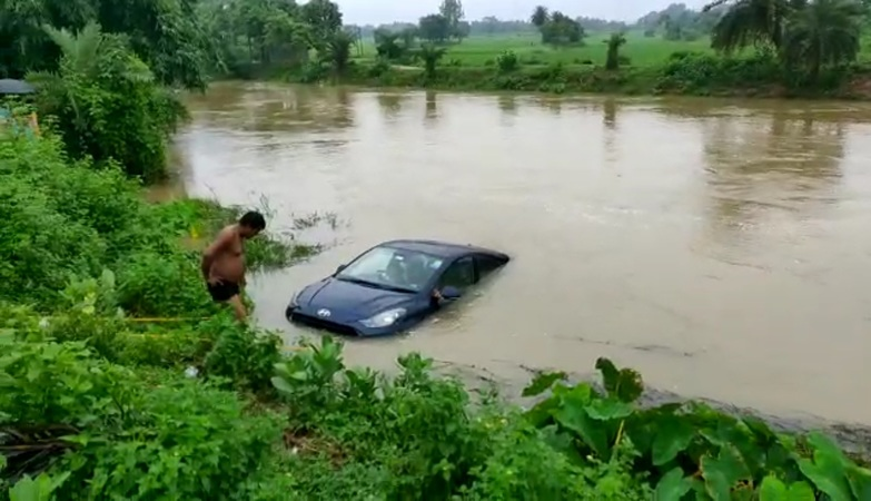 Deep depression wreaks havoc in two Midnapore districts, claims seven lives