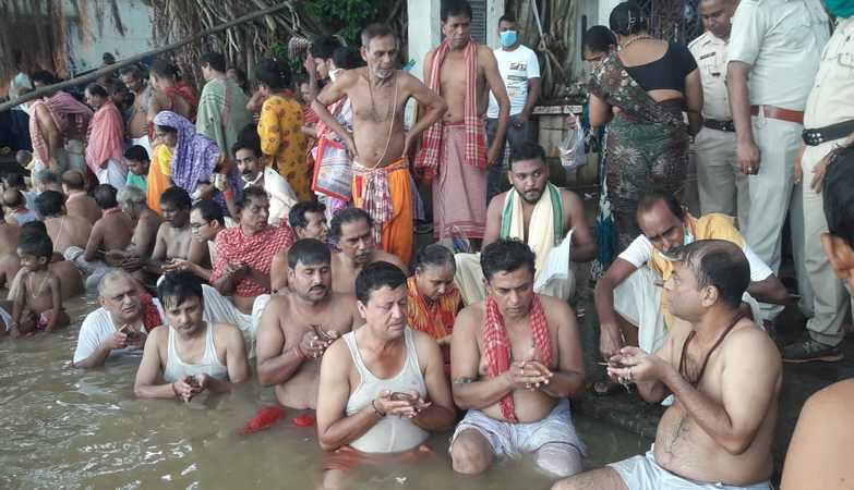 Thousands of people offer 'tarpan' on Mahalaya at Bhagirathi ghats in Nabadwip